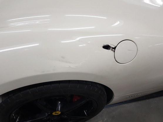 Ferrari met aluminium schade bij tankdop